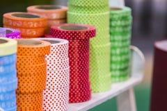 Las cintas de papel decorativas detalladamente, las cintas coloridas ponen en pilas de los carretes Cintas en la tienda una gran  fotos de archivo libres de regalías