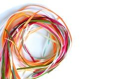 Las cintas multicoloras del satén y de seda doblaron en un círculo fotografía de archivo libre de regalías