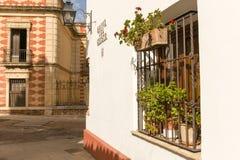 Calles en un pueblo blanco de Andalucía, España meridional Fotografía de archivo