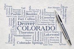 Las ciudades importantes de la palabra de Colorado se nublan en un papel del lokta Imágenes de archivo libres de regalías