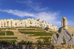 Las ciudades viejas más hermosas de Italia: Locorotondo, puesto en el top de una colina, tiene uno de los horizontes más sugestiv Fotografía de archivo libre de regalías