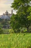 Las ciudades viejas más hermosas de Italia: Locorotondo, puesto en el top de una colina, tiene uno de los horizontes más sugestiv Imagen de archivo libre de regalías