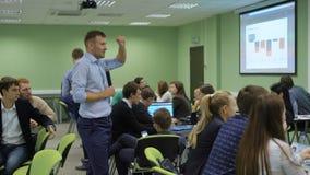 Las clases prácticas en la universidad La presentación del profesor enseña los estudiantes a los fundamentos de su tema estudiant metrajes