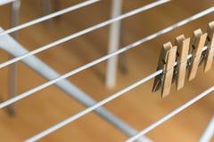 Las clavijas de madera de Brown de la fila acortaron el fondo de madera de Brown del Clotheshorse plegable foto de archivo