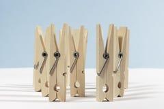 Las clavijas de ropa de madera pusieron el montante Imagenes de archivo