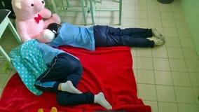 Las colegialas adolescentes en Tailandia duermen en el piso de la sala de clase Imagenes de archivo