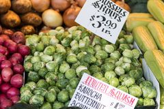 Las coles de Bruselas y otras verduras en una parada en Pike ponen el mercado en Seattle fotos de archivo