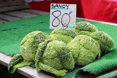 Las coles de col rizada para la venta en un mercado atascan Foto de archivo libre de regalías