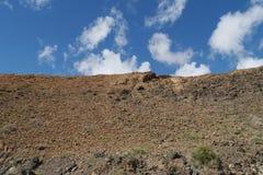 Las colinas cerca del negro de Pozo del pueblo en Fuerteventura Imagenes de archivo