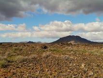 Las colinas cerca del negro de Pozo del pueblo en Fuerteventura Fotografía de archivo