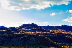 Las colinas con puesta del sol del bosque del otoño Imagenes de archivo