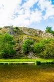 Las colinas de piedra cerca del río se zambulleron en parque nacional del distrito máximo Fotografía de archivo