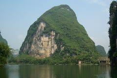 Las colinas del karst acercan al río de Li Imagenes de archivo