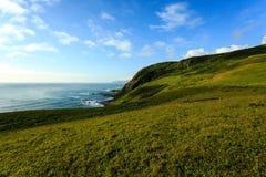Las colinas perdidas de la costa extienden abajo al Océano Pacífico Las nubes cubren los campos en un modelo interesante Fotografía de archivo