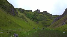 Las colinas verdes alrededor del paso de Winnats en parque nacional del distrito máximo almacen de video