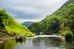 Las colinas verdes cerca del río se zambulleron en parque nacional del distrito máximo Fotografía de archivo