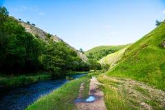 Las colinas verdes, río se zambulleron en parque nacional del distrito máximo Fotos de archivo