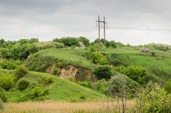 Las colinas verdes se separaron hacia fuera sobre el campo imagen de archivo libre de regalías