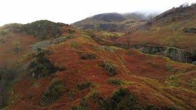 Las colinas y las montañas del parque nacional del distrito del lago desde arriba metrajes