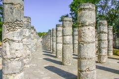 Las columnas adentro chichen itza foto de archivo libre de regalías
