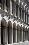 Las columnas antiguas llevaron abajo de un pasillo a Fotografía de archivo libre de regalías