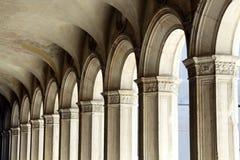 Las columnas antiguas llevaron abajo de un pasillo Fotos de archivo