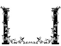 Las columnas blancos y negros entrelazaron con las rosas en los lados de la imagen Foto de archivo
