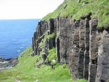 Las columnas del basalto cerca de Carsaig, reflexionan sobre fotos de archivo libres de regalías