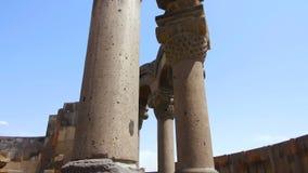 Las columnas del templo armenio arruinado llamaron a Vigil Forces, patrimonio mundial de la UNESCO almacen de video