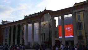 Las columnas famosas de la puesta del sol crepuscular de Milán de San Lorenzo ajustan la opinión 4k Italia de la calle almacen de video