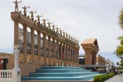 Las columnas impresionantes remataron con las estatuas de arqueros de sexo femenino fuera del Hard Rock Cafe y del centro de conf Fotos de archivo libres de regalías