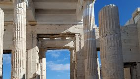 Las columnas monumentales del Propylaea fotografía de archivo libre de regalías