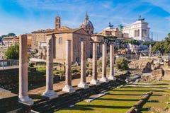Las columnas romanas antiguas en Roman Forum, Roma, Italia 2018 Imagen de archivo libre de regalías