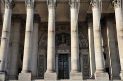 Las columnas y la puerta principal del ayuntamiento de Leeds en West Yorkshire foto de archivo libre de regalías