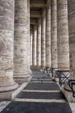 Las columnatas alrededor del cuadrado de San Pedro Imagenes de archivo