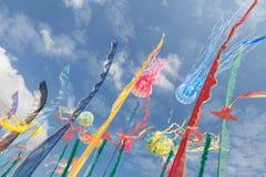 Las cometas artísticas, banderas, pelan agitar en el cielo Imagen de archivo