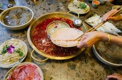 Las comidas chinas doblan el pote caliente del sabor en la tabla fotografía de archivo