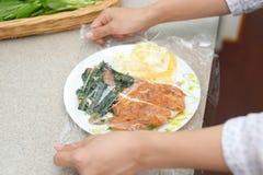 Las comidas cubiertas con se aferran película imagenes de archivo