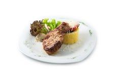 Las comidas deliciosas de la carne de vaca incluyen el filete, salchichas, ensalada, sémola de maíz Imagen de archivo libre de regalías
