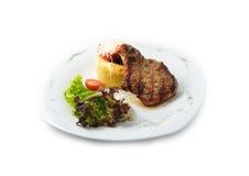 Las comidas deliciosas de la carne de vaca incluyen el filete, salchichas, ensalada, sémola de maíz Imagen de archivo
