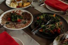 Las comidas deliciosas en la recepción nupcial presentan el primer, verdura p Imagen de archivo