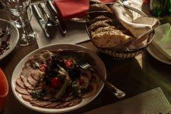 Las comidas deliciosas en la recepción nupcial presentan el primer, verdura p Foto de archivo libre de regalías