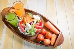 Las comidas sanas están en la tabla, Fotos de archivo
