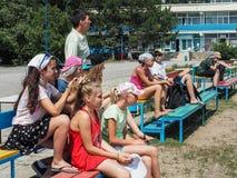 Las competencias aficionadas del fútbol en la reconstrucción de los niños acampan en Anapa en la región de Krasnodar de Rusia Imagenes de archivo