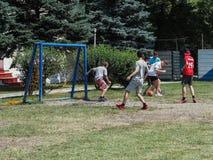 Las competencias aficionadas del fútbol en la reconstrucción de los niños acampan en Anapa en la región de Krasnodar de Rusia Fotografía de archivo