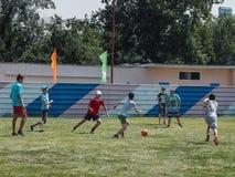 Las competencias aficionadas del fútbol en la reconstrucción de los niños acampan en Anapa en la región de Krasnodar de Rusia Fotografía de archivo libre de regalías