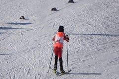 Las competencias en esquí alpino entre jóvenes se celebran anualmente en las cuestas nevadas de la estación de esquí Gorki Gorod  imagen de archivo libre de regalías