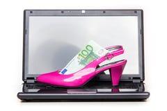Las compras en línea de las mujeres - talón rosado Imágenes de archivo libres de regalías