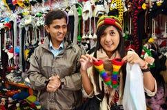Las compras tailandesas de la mujer y toman la foto con la gente local Imagen de archivo libre de regalías
