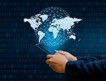 Las comunicaciones globales trazan los teléfonos elegantes binarios y los empresarios infrecuentes de Internet del mundo de la co fotos de archivo libres de regalías